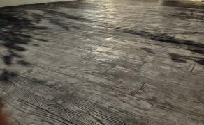 Béton matricé imitation bois gris foncé à Chasnais (85)